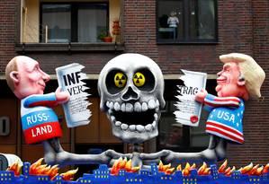 Bonecos de Putin e Trump rompendo o tratado em desfile de carnaval em Dusseldorf, na Alemanha; Europa teme que mísseis voltem a ser instalados no continente Foto: WOLFGANG RATTAY / REUTERS
