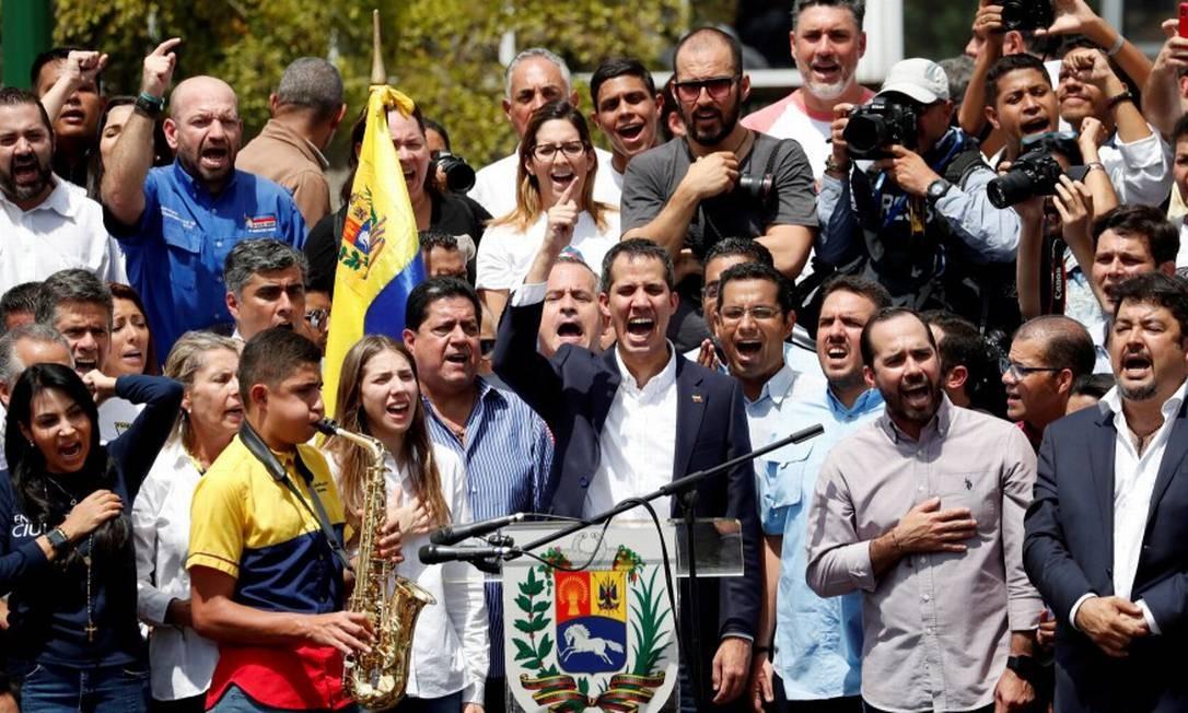 O líder opositor Juan Guaidó, reconhecido por 50 países como presidente da Venezuela, fala a apoiadores durante comício em Caracas Foto: CARLOS GARCIA RAWLINS / REUTERS