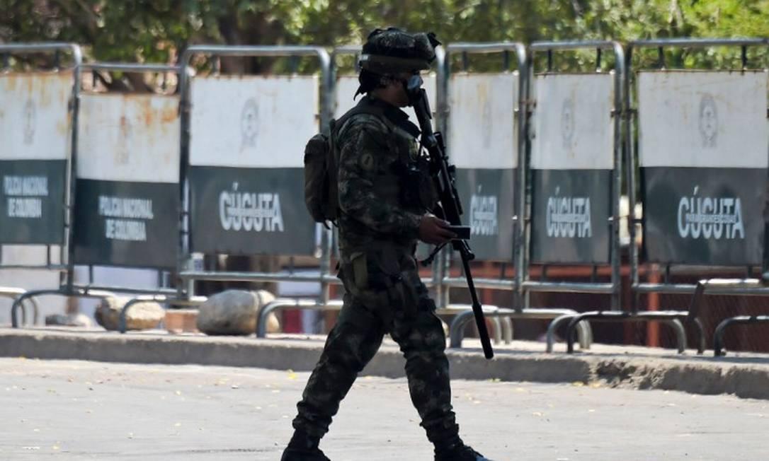 Soldado colombiano patrulha área perto da ponte Simon Bolivar em Cúcuta, na Colômbia Foto: RAUL ARBOLEDA / AFP