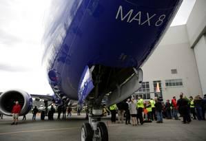 Empregados na Boeing diante de um 737 Max produzido para a Southwest Airlines, na comemoração da aeronave de número 10 mil Foto: JASON REDMOND / REUTERS 13-08-18