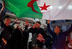 Argelinos celebram nas ruas o anúncio do presidente de que não buscará mais um quinto mandato Foto: ZOHRA BENSEMRA / REUTERS