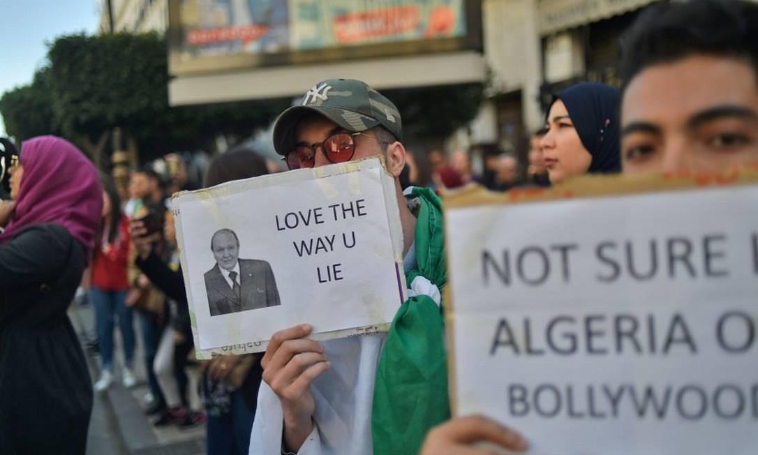 Argelinos protestam em Argel, depois de o presidente Abdelaziz Bouteflika anunciar que não concorrerá a quinto mandato Foto: RYAD KRAMDI / AFP 12-03-19