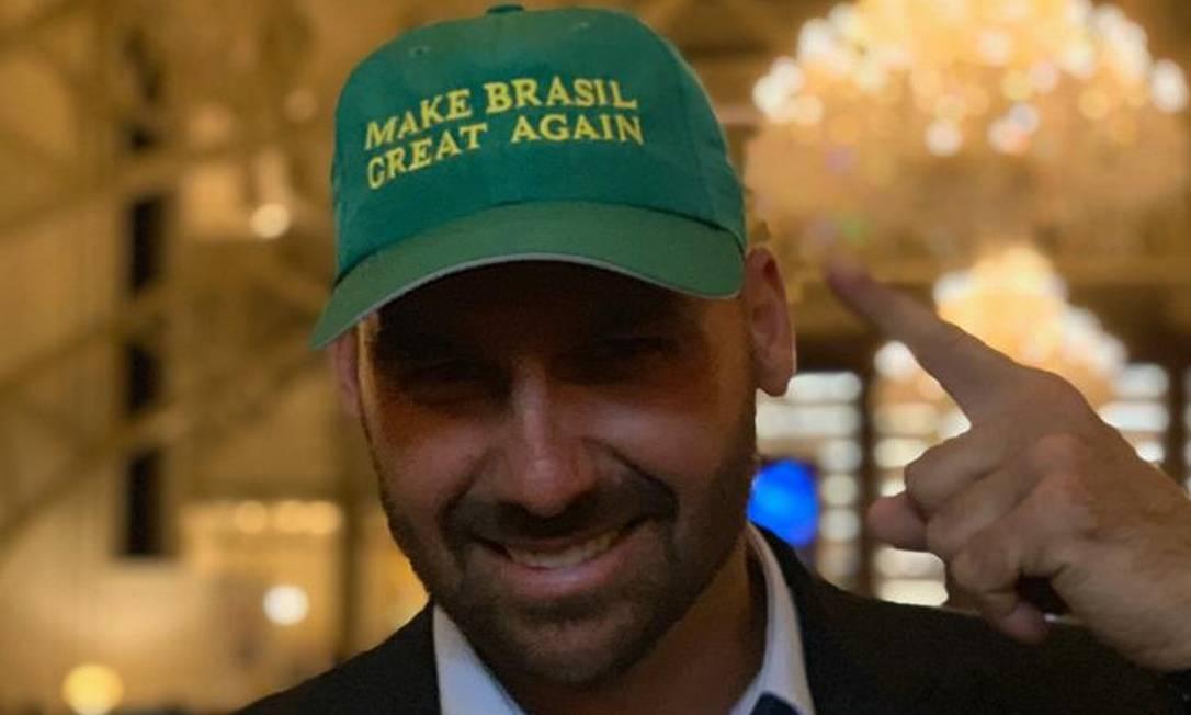 """Eduardo Bolsonaro com boné onde se lê """"Faça o Brasil grande de novo"""", em menção a slogan de campanha de Trump Foto: Paole De Orte 16-03-19"""