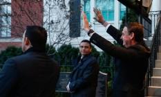 Bolsonaro acena a brasileiros ao deixar a Blair House, em Washington Foto: Agência O Globo