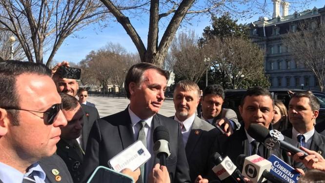 O presidente Jair Bolsonaro diante da Blair House, em Washington: equívoco sobre imigrantes Foto: Jussara Soares