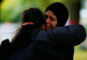Muçulmanas reagem do lado de fora da mesquita de Al Noor Mosque em Christchurch, na Nova Zelândia Foto: Edgar Su / REUTERS 21-03-19