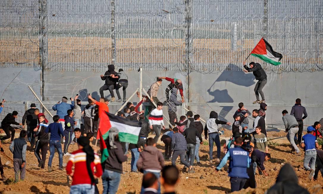 Palestinos protestam contra Israel perto da cerca que separa o país de Gaza Foto: SAID KHATIB / AFP