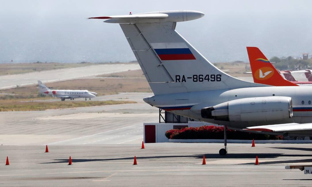 Avião com a bandeira russa é visto no Aeroporto Internacional Simon Bolivar em Caracas Foto: CARLOS JASSO / REUTERS