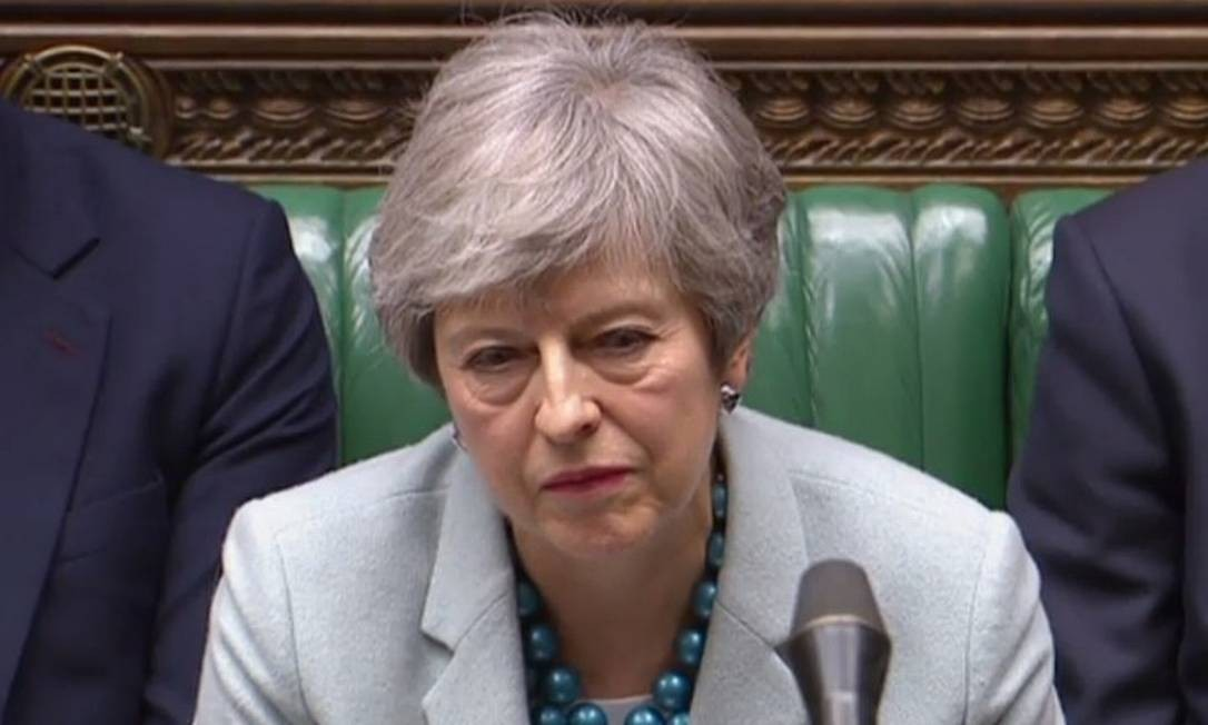 A primeira-ministra britânica Theresa May escuta o líder da oposição Jeremy Corbyn nesta segunda-feira Foto: HO / AFP