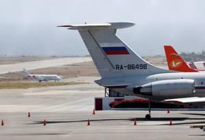 Avião com a bandeira da Rússia é visto no aeroporto internacional de Caracas Foto: CARLOS JASSO / REUTERS