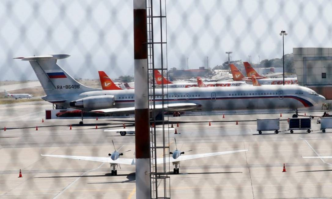 Avião com a bandeira russa é visto no aeroporto de Caracas Foto: CARLOS JASSO / REUTERS