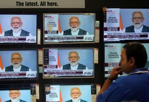 Homem assiste pronunciamento do primeiro-ministro indiano Narendra Modi em Mumbai Foto: Francis Mascarenhas / REUTERS 27-03-19
