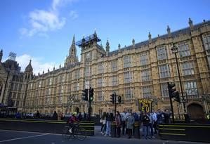 Manifestante a favor do Brexit segura cartaz em frente ao Parlamento britânico no centro de Londres Foto: PAUL ELLIS / AFP
