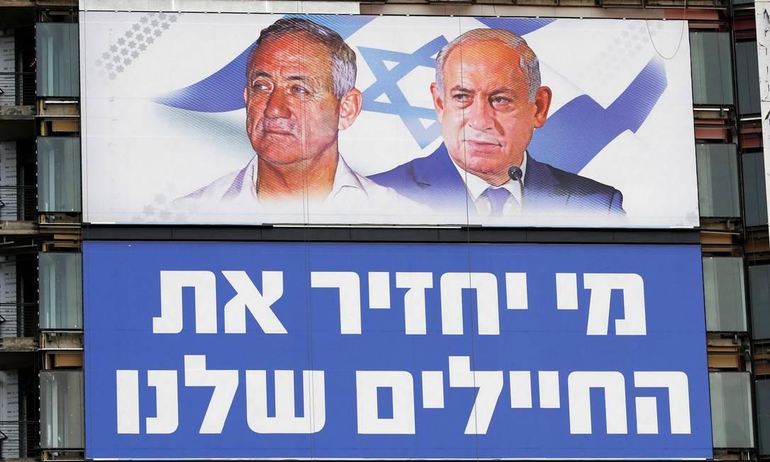 Outdoor da campanha em Tel Aviv mostra Netanyahu (D) e seu principal adversário na eleição do dia 9 de abril, Benny Gantz Foto: JACK GUEZ / AFP/29-3-2019