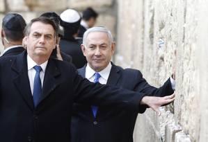 Segundo Bolsonaro, a inédita decisão de irem juntos ao Muro das Lamentações partiu de Benjamin Netanyahu, o que lhe foi 'motivo de honra e satisfação' Foto: MENAHEM KAHANA / AFP 01-04-19