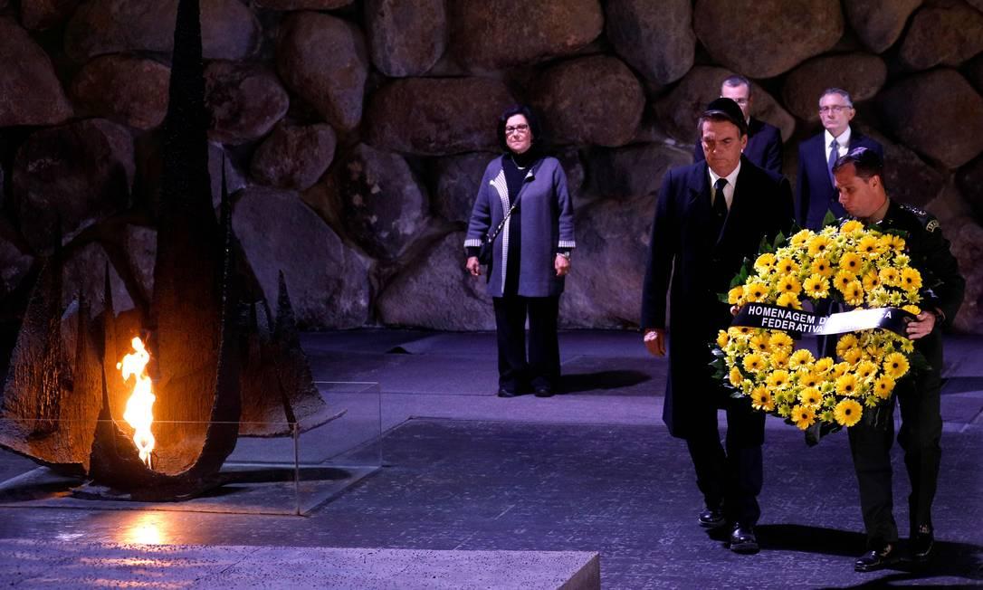 Bolsonaro deposita uma coroa de flores no Hall da Memória do Memorial do Holocausto; Araújo acompanhou a visita Foto: GALI TIBBON / AFP