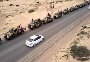 Imagem divulgada pelo Exército Nacional da Líbia mostra comboio militar rumo à capital do país Foto: - / AFP