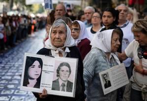 Membros da organização pelos direitos humanos Mães da Praça de Maio, com retratos de pessoas desaparecidas entre 1966 e 1983 na ditadura militar. Mais de 30 mil pessoas desaparareceram neste período Foto: EMILIANO LASALVIA / AFP