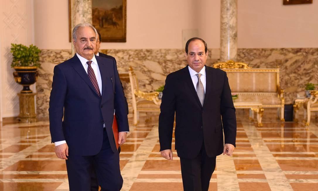 O comandante militar líbio Khalifa Haftar caminha ao lado do presidente egípcio, Abdel Fattah al-Sisi, no Palácio Presidencial no Cairo, Egito, em 14 de abril de 2019. Foto: Cortesia da Presidência egípcia / REUTERS