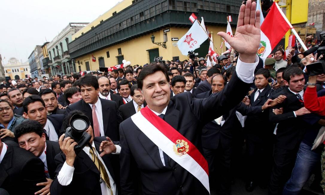 García chega ao Congresso para tomar posse em 2006; ele já havia cumprido um mandato nos anos 1980 Foto: IVAN ALVARADO / REUTERS