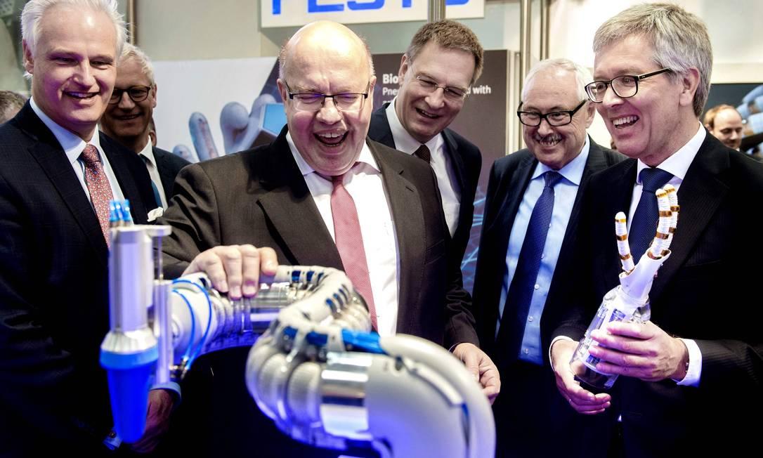 O ministro da Economia alemão, Peter Altmaier, que propôs a Estratégia Nacional 2030, inspeciona um robô biônico na feira de tecnologia de Hannover Foto: HAUKE-CHRISTIAN DITTRICH / AFP/5-4-2019