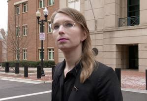 A ativista transsexual Chelsea Manningo fala com repórteres do lado de fora da Corte Federal dos EUA pouco antes de ser levada em custódia por se recusar a testemunhar, em 8 de março de 2019 Foto: Andrew Fischer / REUTERS