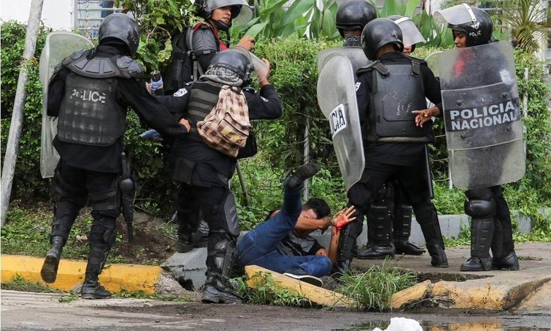 Polícias da Nicarágua, um dos casos denunciados na CIDH, agridem manifestante caído no chão Foto: Reprodução/CIDH