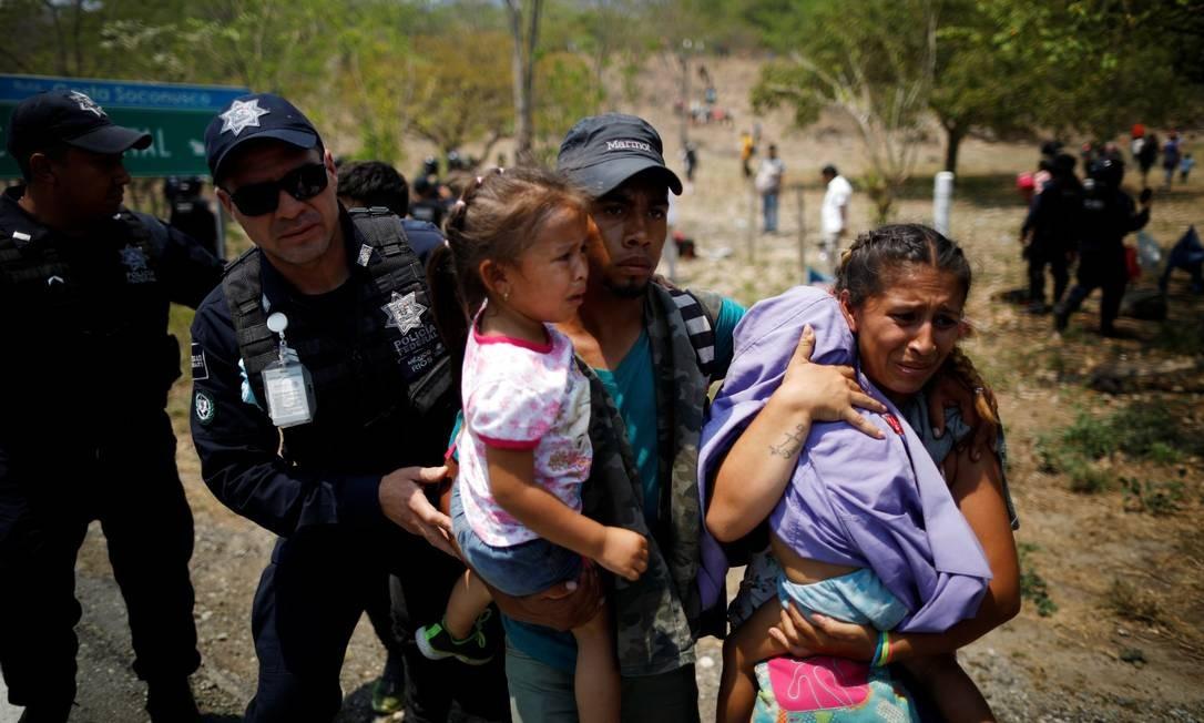 Uma família de imigrantes da América Central é detida pela polícia federal mexicana durante uma ação na segunda-feira no Estado de Chiapas Foto: 22-04-19 JOSE CABEZAS/REUTERS