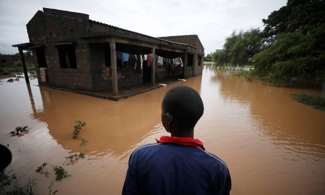 O moçambicano Agiro Cavanda olha para sua casa inundada na aldeia de Wimbe, em Pemba, Moçambique. A chuva forte atingiu o Norte do país nesta segunda-feira, quando moradores e trabalhadores humanitários já enfrentavam a devestação generalizada causada pelo ciclone Kenneth, que ocorreu no último domingo, 28 Foto: MIKE HUTCHINGS / REUTERS