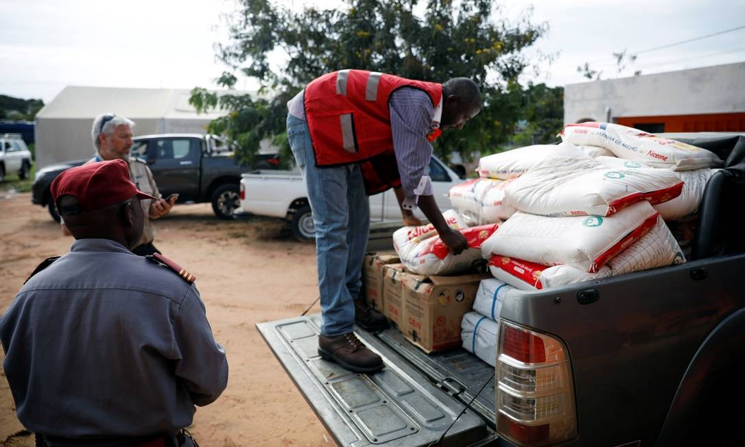 Voluntários carregam comida em um caminhão para ajudar as vítimas atingidas pelo ciclone Kenneth e pelas fortes chuvas que atingiram a região de Pemba, em Moçambique Foto: MIKE HUTCHINGS / REUTERS