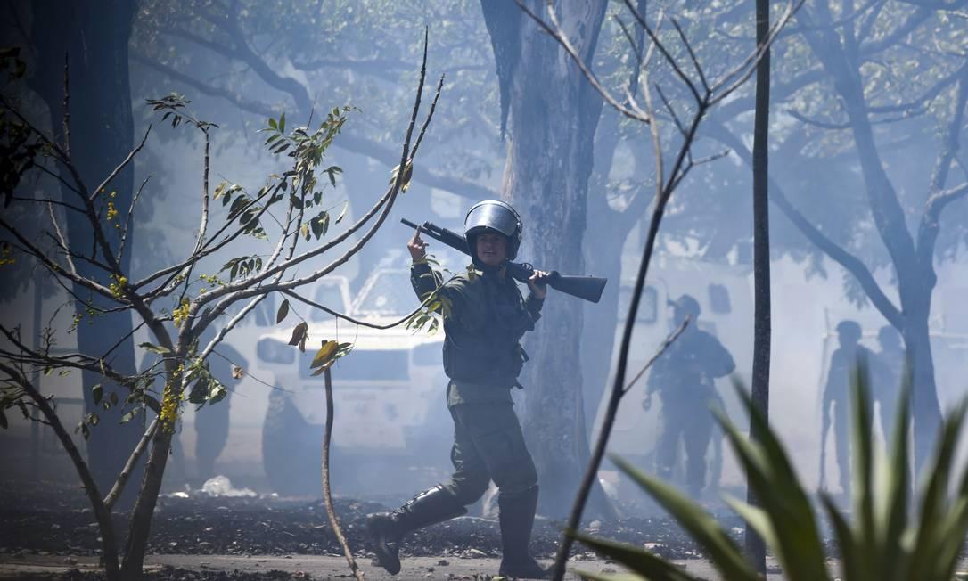 Um soldado leal a Maduro gesticula no entorno da base militar de La Carlota, após pronunciamento de Guaidó no local Foto: YURI CORTEZ / AFP