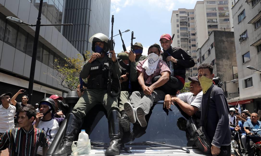 Membros da Guarda Nacional Venezuelana se juntam a manifestantes pró-Guaidó que pedem a queda do governo Maduro Foto: STRINGER / REUTERS