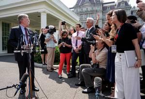 O conselheiro de Segurança Nacional dos Estados Unidos conversa com repórteres no jardim da Casa Branca Foto: JOSHUA ROBERTS / REUTERS 30-4-19