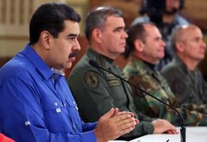 Maduro em pronunciamento pela TV na noite de terça, ao lado do ministro da Defesa, Vladimir Padrino Foto: HO / AFP/30-4-2019