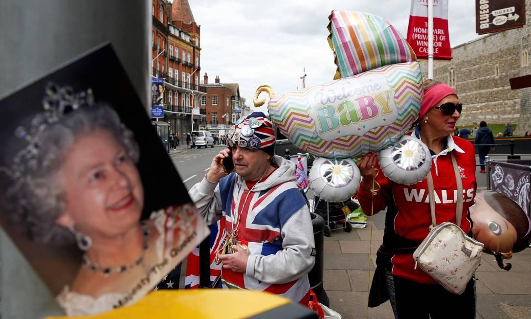 Os fãS da família real John Loughery e Anne Daley esperam por notícias do nascimento do bebê no portão do Castelo de Windsor Foto: ADRIAN DENNIS / AFP