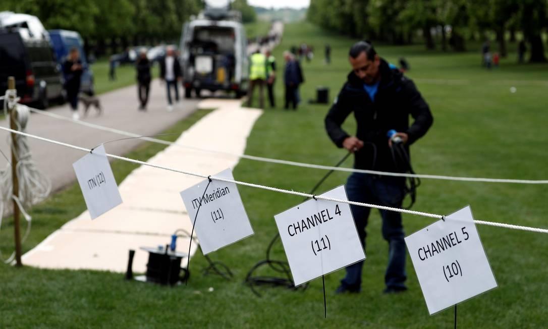 Equipes de TV marcam lugares às portas do Castelo de Windsor para fazer as transmissões sobre o nascimento do novo bebê real Foto: ADRIAN DENNIS / AFP