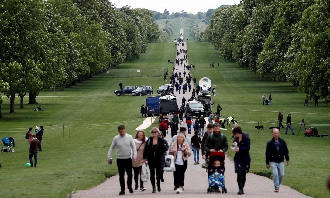 Visitantes andam pela entrada do Castelo de Windsor após o anúncio do nascimento do bebê de Harry e Meghan Foto: ADRIAN DENNIS / AFP