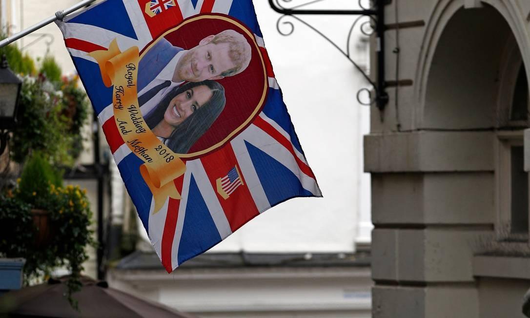Imagem do príncipe de Harry e de Meghan sobre bandeira britânica desfraldada do lado de fora do Castelo de Windsor Foto: ADRIAN DENNIS / AFP