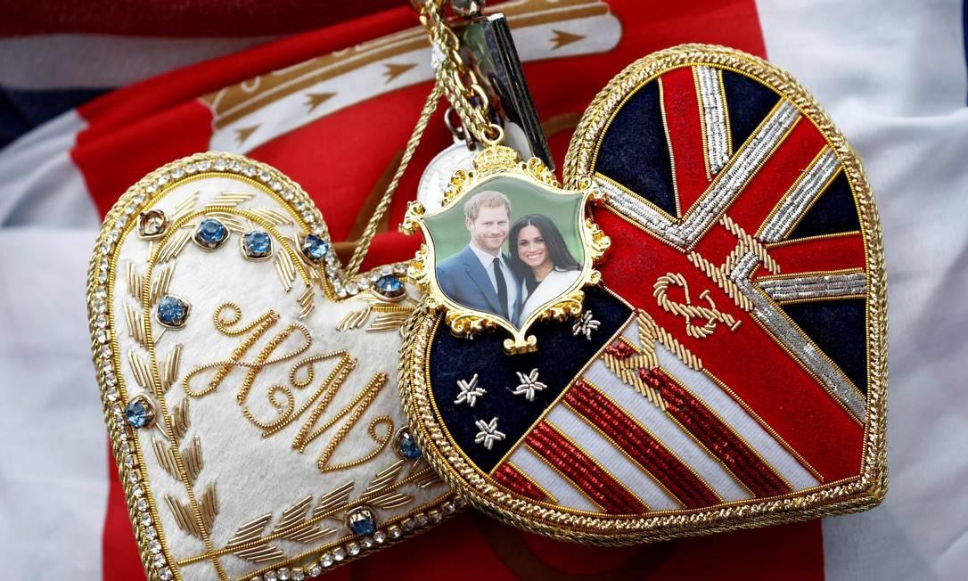 Detalhe de ítens de homenagem ao casa Harry e Meghan usados pelo fã da monarqui britânica John Loughery nos portões do Castelo de Windsor Foto: ADRIAN DENNIS / AFP