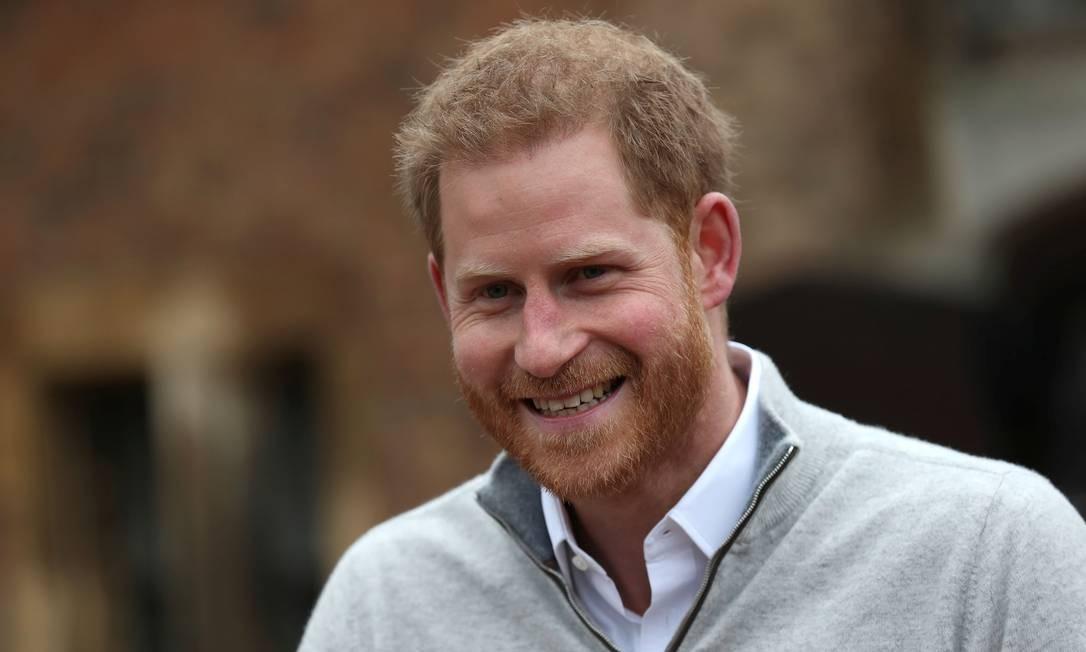 O príncipe Harry fala com jornalistas após o anúncio do nascimento de seu primeiro filho com Meghan Foto: POOL / REUTERS