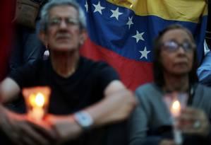 Pessoas seguram velas durante vigília por vítimas de violência em Caracas Foto: IVAN ALVARADO / REUTERS 5-5-19
