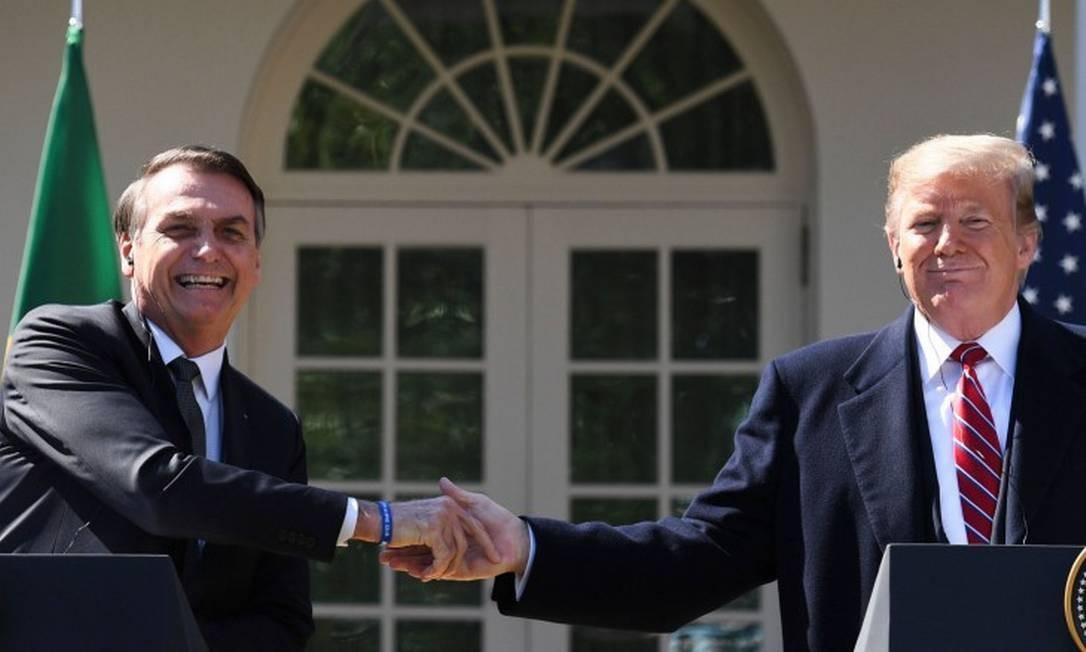 O presidente Jair Bolsonaro e o presidente dos Estados Unidos, Donald Trump, apertam as mãos durante uma coletiva de imprensa na Casa Branca Foto: JIM WATSON / AFP 19-03-19