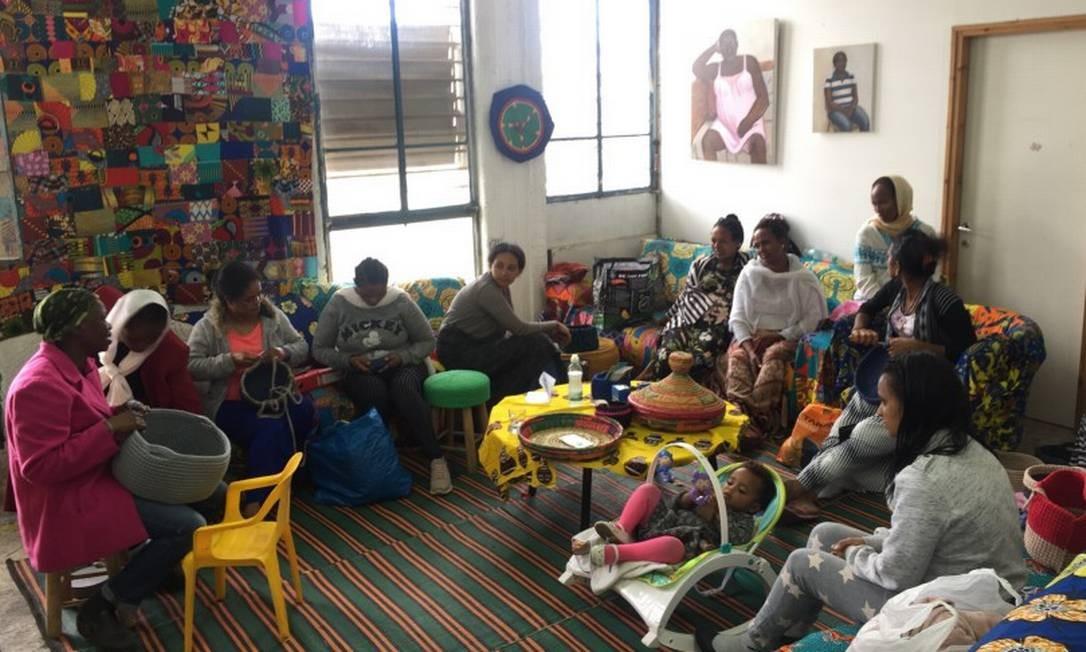 Mulheres se reúnem no Kuchinate ('crochê' em tigrínia), projeto para refugiadas africanas criado pela psicóloga israelense Didy Kahn e a freira eritreia Azezet Kidane (à esquerda ) Foto: Marcelo Ninio