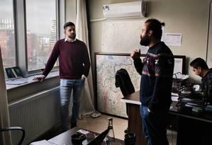 Muhannad Ghabbash, à esquerda, com seus colegas em uma organização para refugiados na Turquia: ele sobreviveu 19 meses em uma detenção na Síria Foto: Laura Boushnak / The New York Times