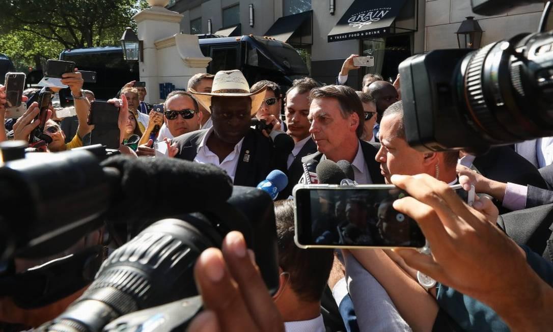 Presidente da República Jair Bolsonaro fala com brasileiros e com a imprensa durante sua chegada a Dallas Foto: Agência O Globo