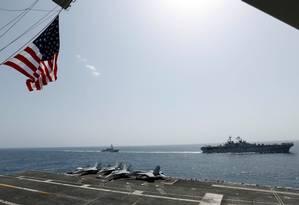 O porta-aviões americano Kearsarge e o destróier Bainbridge no mar arábico Foto: HANDOUT / REUTERS 17-5-19
