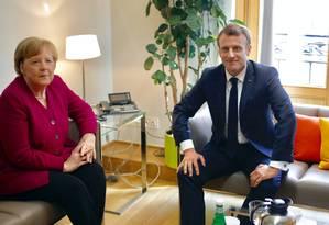 O presidente francês, Emmanuel Macron, e a chanceler alemã, Angela Merkel, em um encontro na sede da Comissão Europeia em Bruxelas nesta terça-feira Foto: POOL / REUTERS 28-5-19