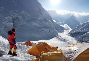 Pemba Dorjee, um alpinista que subiu o Everest 20 vezes, durante uma expedição neste mês Foto: STRINGER / REUTERS