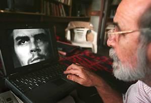 Fotógrafo cubano Alberto Korda olha para sua mais famosa foto, do revolucionário Ernesto Che Guevara Foto: Adalberto Roque / AFP 10-8-1997
