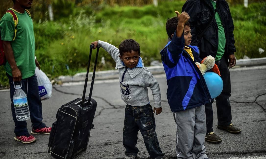 Imigrantes menores em uma caravana de Honduras para os Estados Unidos Foto: PEDRO PARDO / AFP